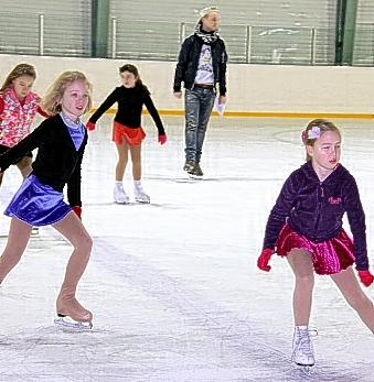 les sports de glace comme le patinage sont tr s pris s. Black Bedroom Furniture Sets. Home Design Ideas
